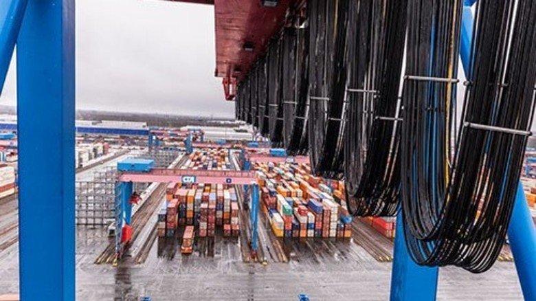Warten auf die Weiterfahrt: Das riesige Lager von oben. Davor meterlange Kabel für die Stromversorgung. Foto: Roth