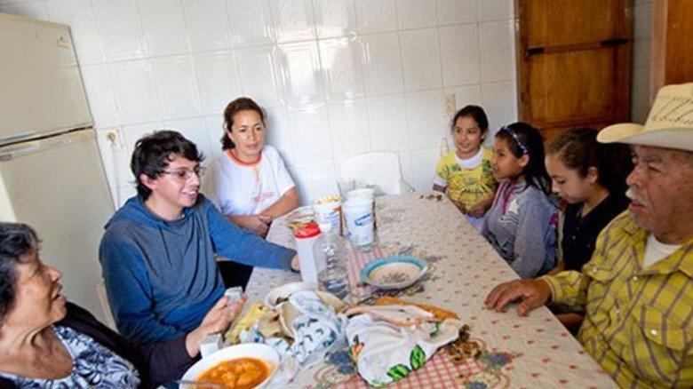 """Iván im Kreis der Großfamilie: Täglich muss er Bericht  erstatten. Oma Gloria (links) kann es immer noch nicht fassen: """"Er macht eine richtige Berufsausbildung!"""" Foto: Straßmeier"""