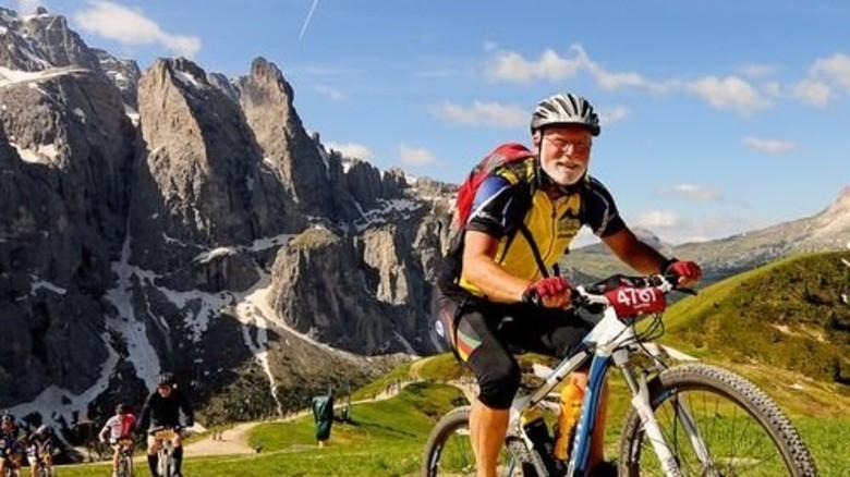 Locker nach oben: Günther Knuth im Sommer 2014 bei einem alpinen Radrennen über vier Dolomiten-Pässe. Foto: Privat