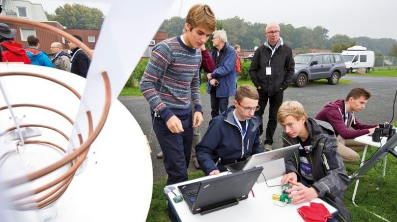 """Startvorbereitungen: Das Team """"Project Milkyway"""" vom Albert-Einstein-Gymnasium aus Buchholz überprüft ein letztes Mal die Funktionen ihres kleinen Satelliten. Foto: DLR"""