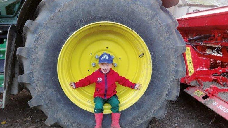 Rundum glücklich: Kind auf dem Lindenhof in Ahneby. Foto: Lindenhof