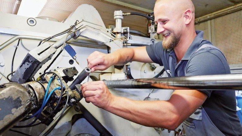 Wellen-Experte: Mathias Edlich an einer Spezialmaschine von GKN Driveline. Foto: Thorsten Mischke