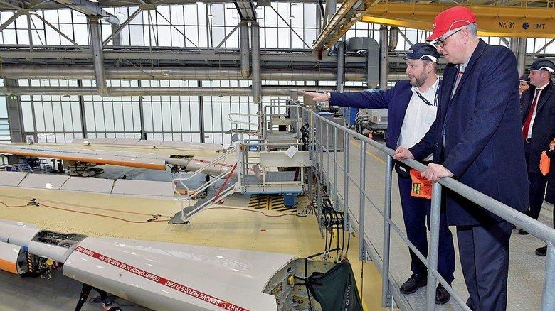 Im Airbus-Werk: Christoph Maaß mit Bremens Bürgermeister Andreas Bovenschulte.