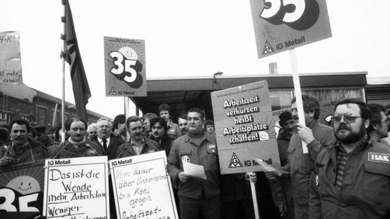 Streikende Metaller im Frühjahr 1984: Ihr wichtigstes Ziel ist eine kürzere Wochenarbeitszeit. Foto: dpa