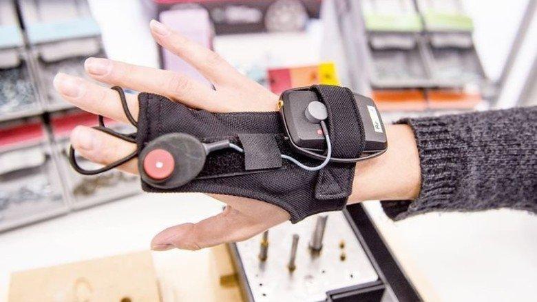Hightech-Handschuh: Er soll künftig Mitarbeiter bei der Montage unterstützen. Foto: Roth