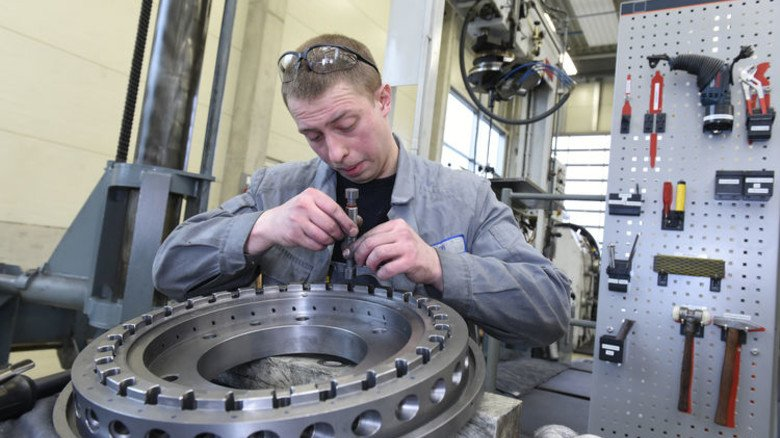 Präzisionsjob: Zerspanungsmechaniker Ivan Bykh prüft und poliert Bohrlöcher in einer Matrizenscheibe. Foto: Wirtz