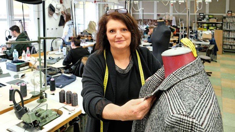Tägliche Arbeit: Marion Föste mit Lehrlingen in der Ausbildungswerkstatt. Foto: Lang