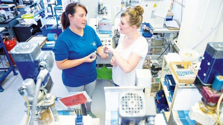 Polieren einer Glaslinse: Passt das Werkzeug? Nadine Dose und Einlegerin Melanie Langner von Sill Optics prüfen nach.