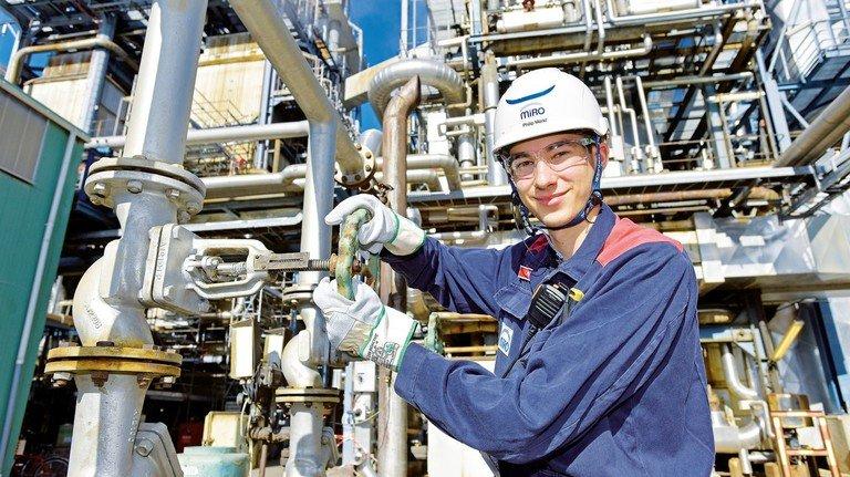 Chemikant Philip Merkl, Mineralölraffinerie MiRO, Karlsruhe: Ist als Rettungsschwimmer, Ersthelfer und Sicherheitsbeauftragter im Einsatz. Foto: Sigwart