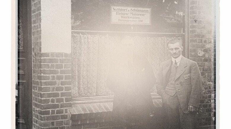 Stolze Gründer: Heinrich Schümann (rechts) und Georg Carl Wentorf vor dem Sitz ihres Unternehmens, das Mitte 1920 seinen Betrieb aufnahm.