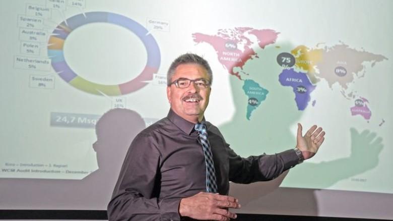 Tarkett-Geschäftsführer Regneri präsentiert die weltweiten Umsatzanteile des Unternehmens. Foto: Sandro