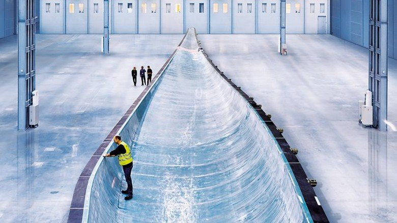 """Gigantisch: Das """"B75""""-Rotorblatt ist eine riesige Komponente aus Glasfaser. Foto: Siemens AG"""