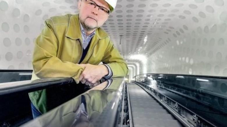 Erfahrener Spezialist: Kone-Projektleiter Heinrich Zeiger auf der 82 Meter langen Rolltreppe. Foto: Augustin