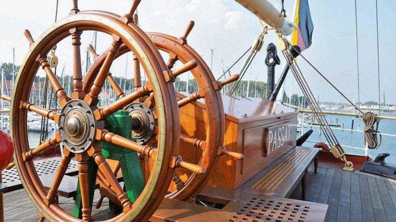 """Hier stand der Steuermann der """"Passat"""": Mit diesem Steuerrad lenkte man das Schiff, das bei guten Verhältnissen 18 Knoten schaffte. Foto: Doriana Dreisbach/Lübeck und Travemünde Marketing"""