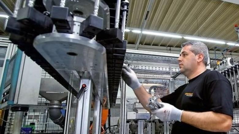 Produktion bei ContiTech Kühner: Die Firma achtet auf die Ergonomie der Arbeitsplätze. Foto: Mierendorf