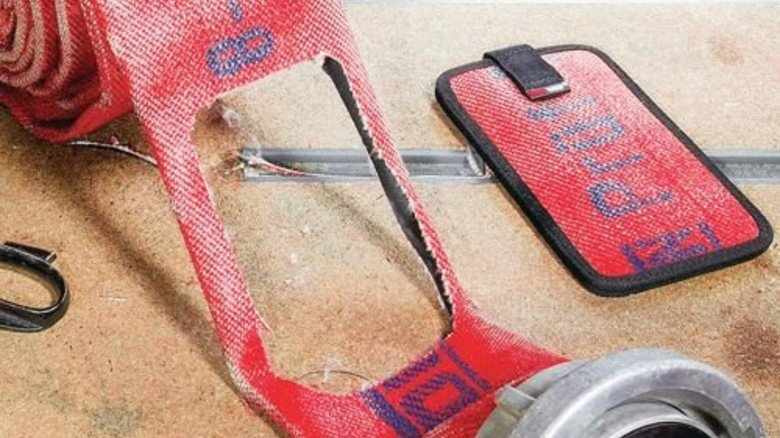 In Handarbeit entstehen trendige Taschen und Hüllen. Foto: Feuerwear