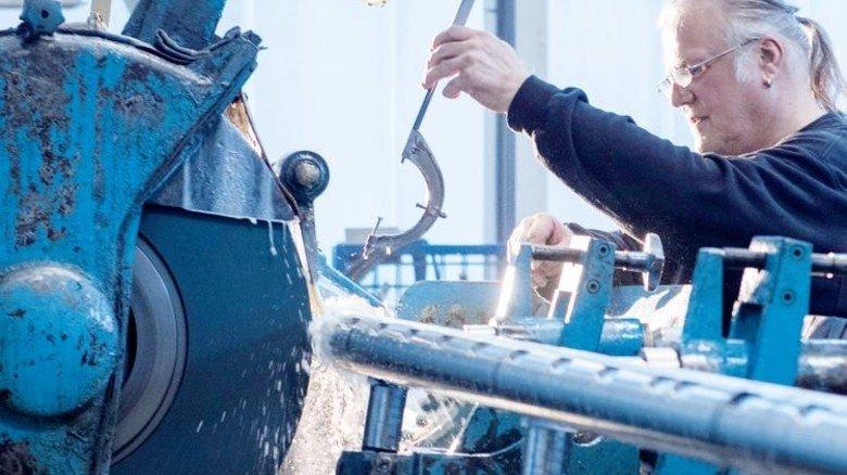 Präzisionsarbeiter: Bernd Heine schleift eine fast zwei Tonnen schwere Pumpenwelle. Foto: Moll