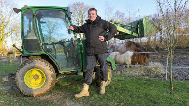 Idylle: Lars Rocklage auf dem Anwesen in Schleswig-Holstein, auf dem er mit seiner Frau und drei Kindern lebt. Foto: Augustin