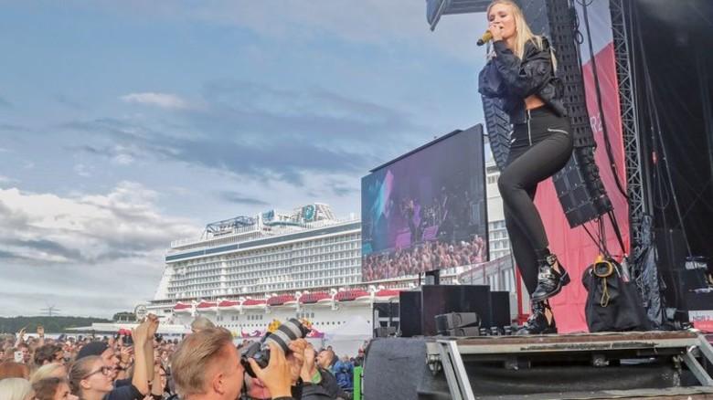 """Sie rockte die Werft-Bühne: Sängerin Carolin Niemczyk von der Band """"Glasperlenspiel"""". Foto: Herzig"""