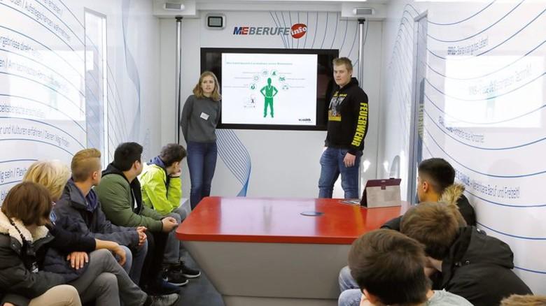 Austausch: Im InfoTruck präsentierten die Azubis den Schülern ihre Berufe. Foto: Werk