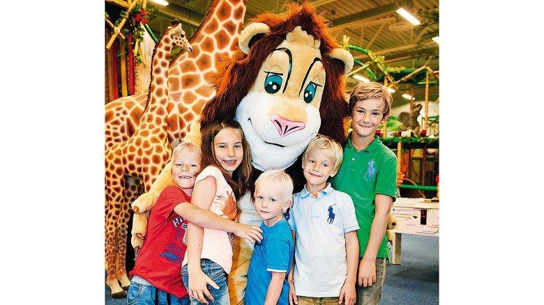 Mittendrin: Löwe Leo ist das Maskottchen des Abenteuerparks aus Schweden.