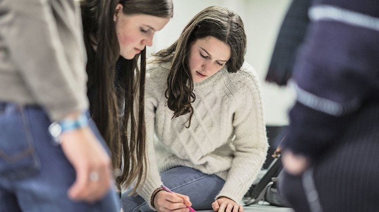 Teamarbeit: Studenten und Schüler tüfteln an anspruchsvollen Aufgaben.