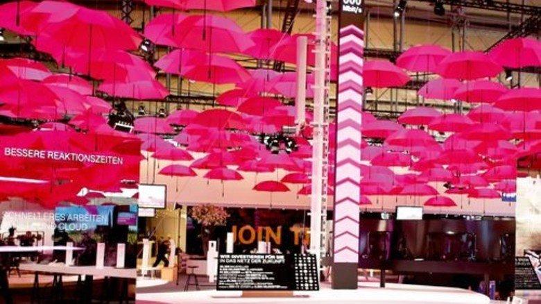 Knallig: Die Regenschirme in kräftigem Magenta am Cebit-Stand der Telekom. Foto: Telekom