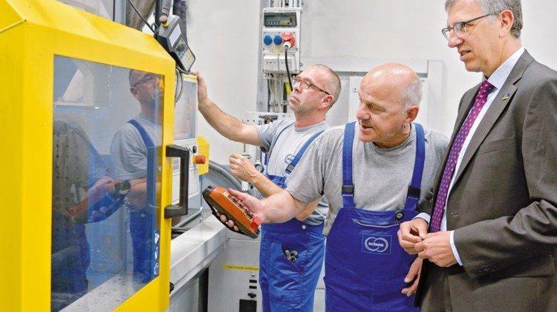 Besuch in der Produktion: Heiko Leib und Markus Hels im Gespräch mit Arno Roth (von links). Foto: Scheffler