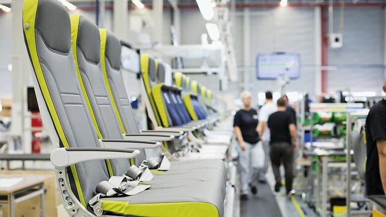 Produktion von Flugzeugsitzen bei Recaro Aircraft Seating: Die Stammbelegschaft verzichtet auf einen Teil ihres Entgelts, damit die Arbeitsplätze sicherer sind.