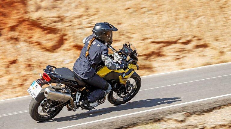 Faszination Motorrad: Freiheit beim Gleiten durch die Kurven.