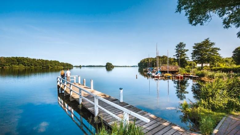 Ruhige Gewässer: Holzsteg bei Bosau. Foto: dpa