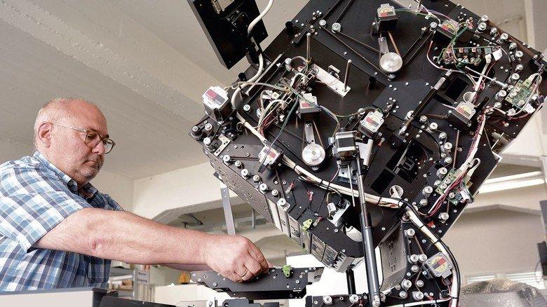 Endmontage: Mitarbeiter Timo Hahn beim Einsetzen des Optik-Bauteils, dem Herzstück der Hochleistungs-Scanner  von InoTec in Wölfersheim.
