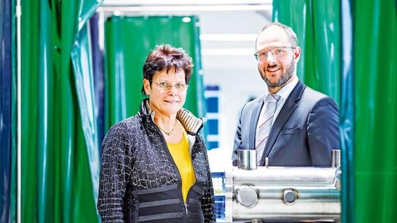 Erfolgreiche Gründerin: Ute Bergner und Sohn Jens mit dem Rohling einer Vakuumkammer. Foto: Schroll