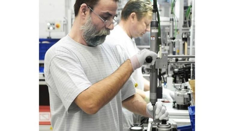 Präzisionsarbeit: Marcel Fischer (vorne) bei der Motor-Montage. Foto: Sturm