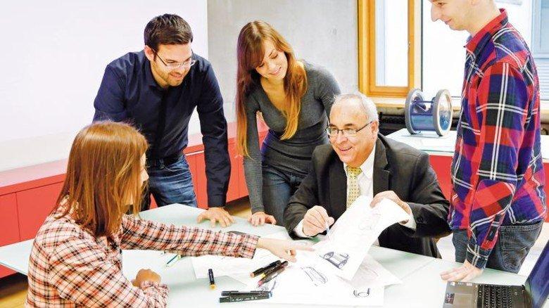 So spannend kann Uni sein: Studierende der Frankfurt UAS in der Diskussion mit ihrem Professor. Foto: Frankfurt UAS