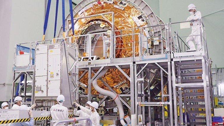 Für die Reise: Das System wurde bei Airbus in Japan in den Raumfrachter gepackt. Foto: Werk