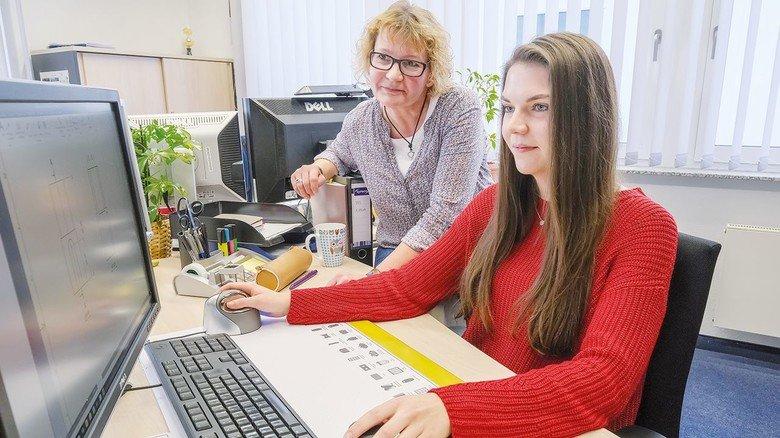 Lernen am Computer: Auszubildende Vivien Lauenstein (rechts) mit Ausbilderin Martina Boeksch.