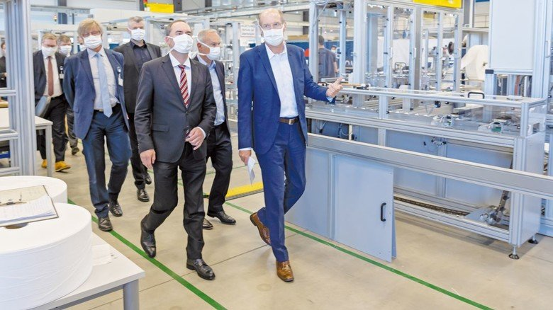 Hoher Besuch: Hubert Aiwanger (vorne links) bei PIA Automation.