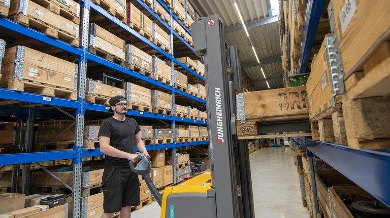 Im Lager: Die Firma Grote im nordrhein-westfälischen Remscheid beliefert auch Teile, die von den Originalherstellern nicht mehr produziert werden.
