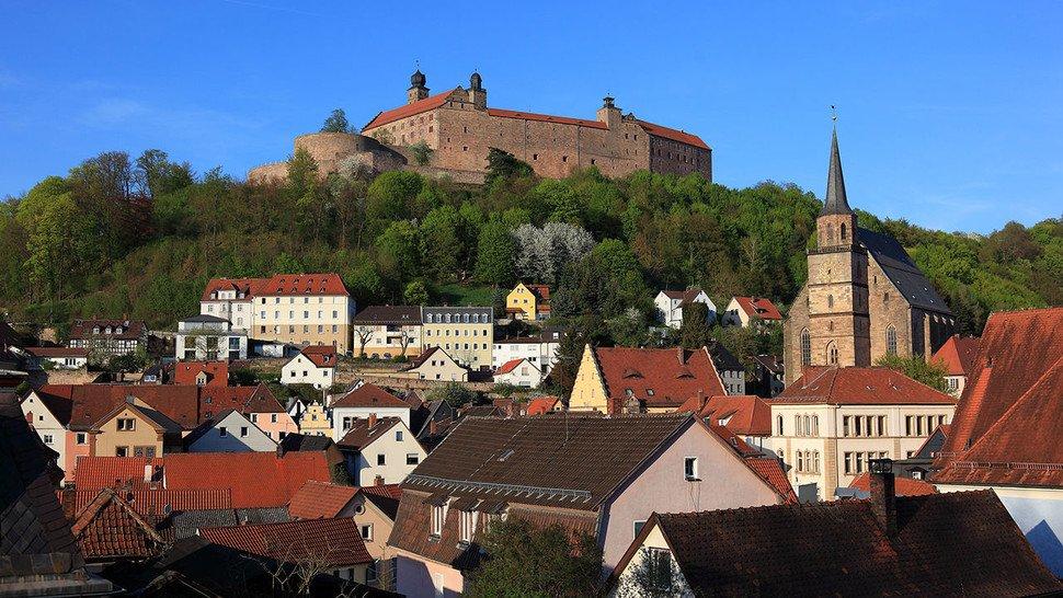 Einen Ausflug wert: Die Petrikirche und Plassenburg im nah gelegenen Klumbach.