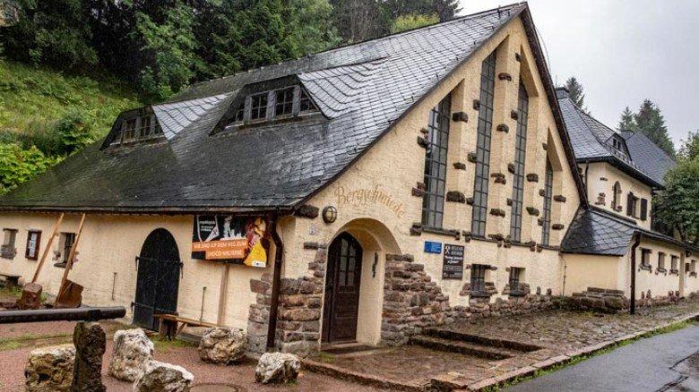 Einfahrtshaus und Ausstellung: Das denkmalgeschützte Museumsgebäude von 1917 beherbergte früher für die Grube Bergschmiede, Zechenhaus und Mannschaftsstube. Foto: Roth