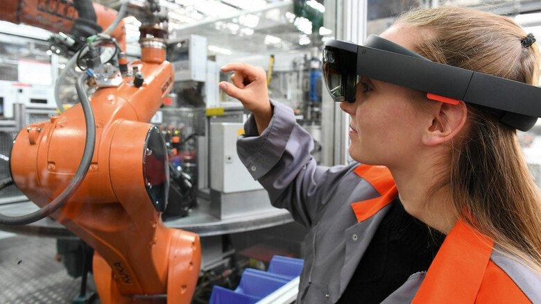 VR-Technik: Wartungsarbeiten via Internet sind schon heute mithilfe von Spezialbrillen wie hier bei Viessmann möglich.