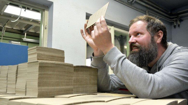 Joachim Göhring, Verpackunsgmittelmechaniker  bei einer Qualitätskontrolle.