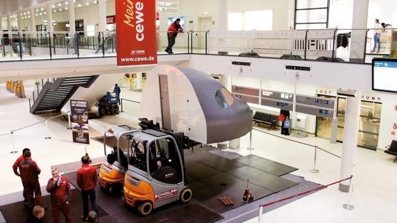 Im Terminal: In Bremen wurde das Cockpit für jedermann direkt im Flughafen errichtet. Foto: Veranstalter