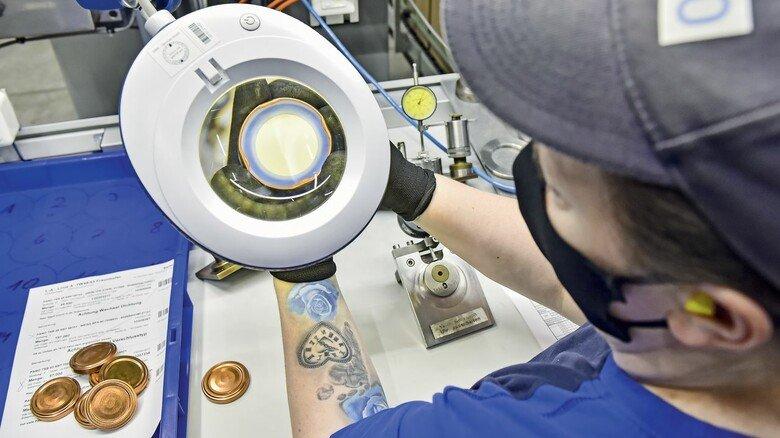 Stichprobe: Qualitätskontrolle hat einen hohen Stellenwert in der Produktion von Pano. Die Deckel werden regel- mäßig überprüft.