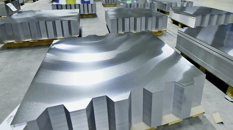 Rohstoff: Die Blechtafeln werden auf Paletten geliefert, danach vollautomatisch lackiert und nach Kundenanforderungen bedruckt.