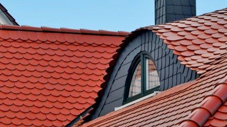 So sieht's schön aus: Rote Ziegel ohne weiße Flecken zieren dieses Dach. Foto: Fotolia