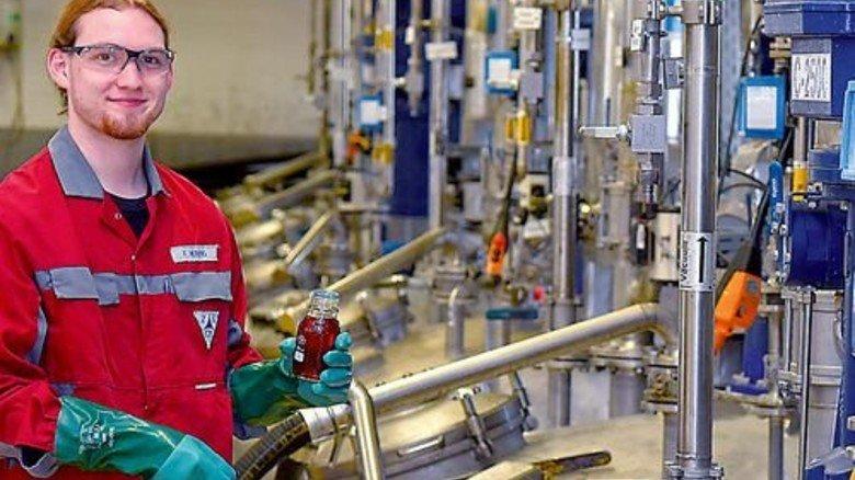 Arbeit am Reaktor: Florian Herzog entnimmt im Lahnsteiner Betrieb eine Probe. Foto: Sandro