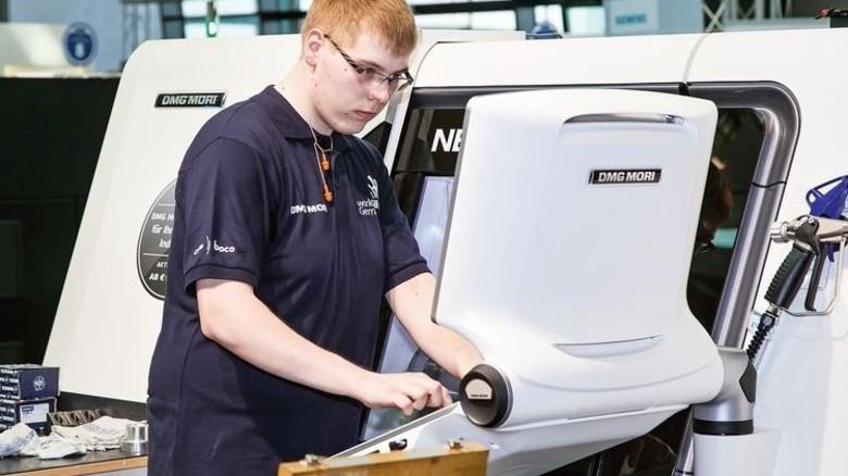 Großes Pech: Louis Bolte kommt ein Bedienungsfehler an der CNC-Drehmaschine teuer zu stehen. Foto: Mierendorf