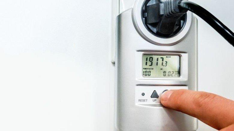 Was schlucken Kühlschrank oder Trockner? Einfach Messgerät zwischenschalten und dann den Verbrauch ablesen. Foto: Roth